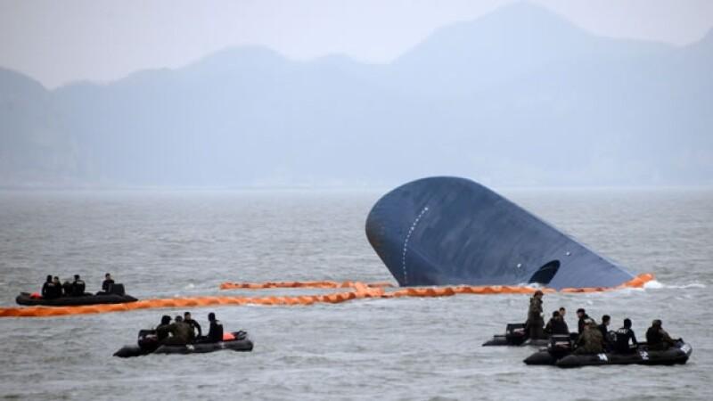 Varios barcos de rescate acuden el jueves al lugar donde se hundió un ?ferry? en el mar Amarillo, en Corea del Sur