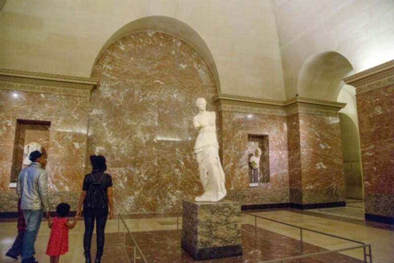 La Venus de Milo da la bienvenida a la familia, quien pudo dar el recorrido sin turistas y paparazzi.