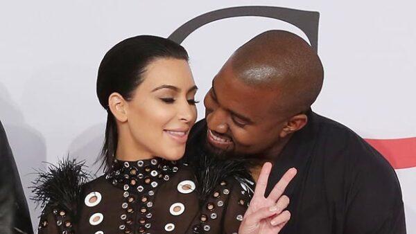 Kim y Kanye lucieron sonrientes y muy cariñosos en la alfombra roja de la premiación.