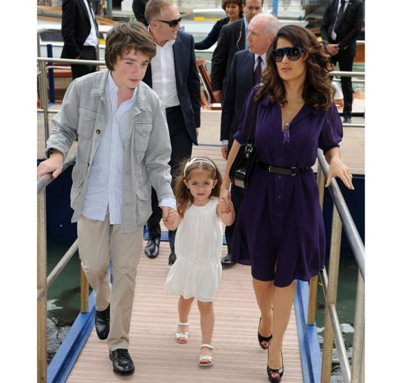 Valetina tiene tres medios hermanos por parte de su papá, François, Mathilde, August.