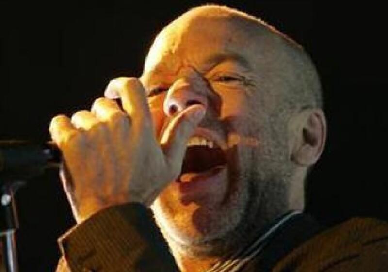 Michael Stipe, vocalista de la banda de rock estadounidense REM, canta durante un concierto en Bogotá, Colombia. (Foto: Reuters)