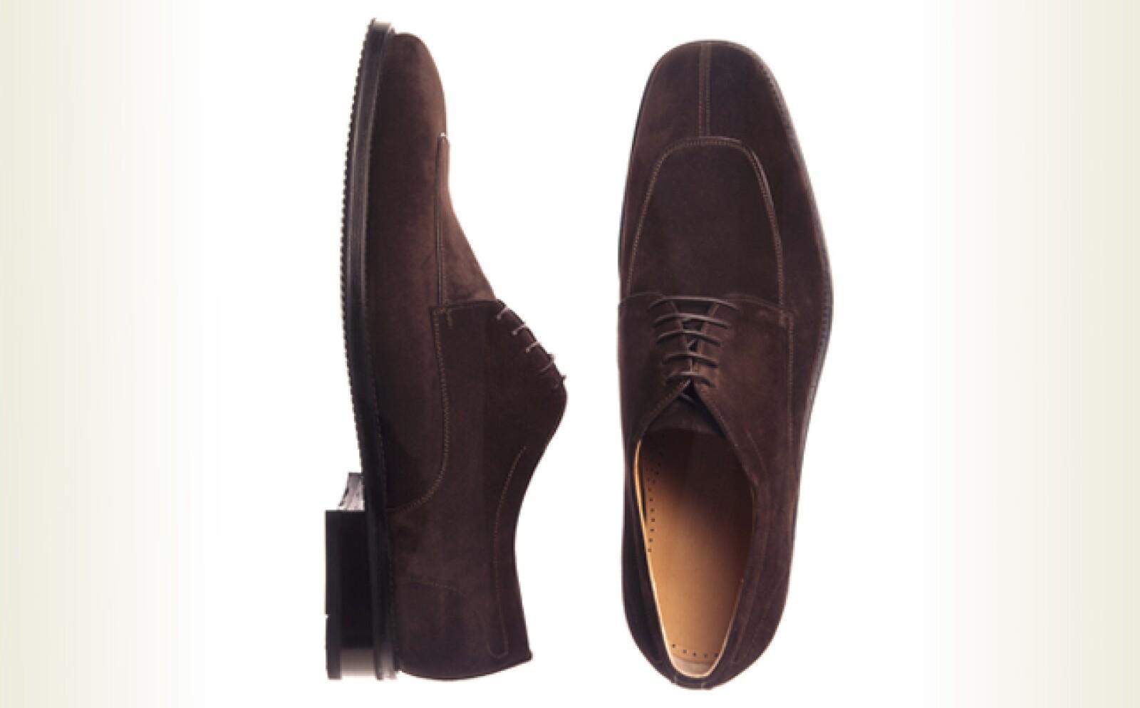 La gamuza es un material elegante pero se ensucia con facilidad por eso es importante cuidar tu calzado de manera adecuada. Para no maltratar la gamuza, sigue estos sencillos pasos.