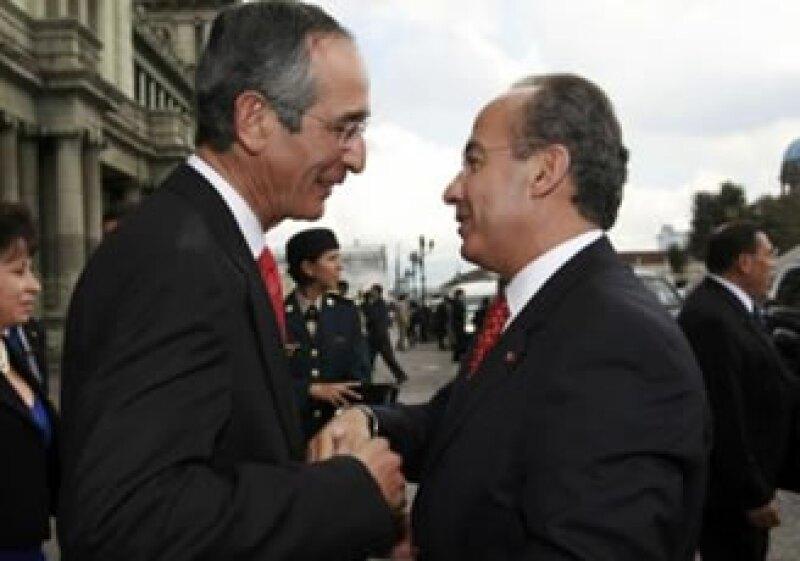 Calderón (izq) inauguró en Guatemala una primera etapa del Proyecto Mesoamérica, un mecanismo de cooperación entre México, Colombia y los países de Centroamérica. (Foto: Reuters)
