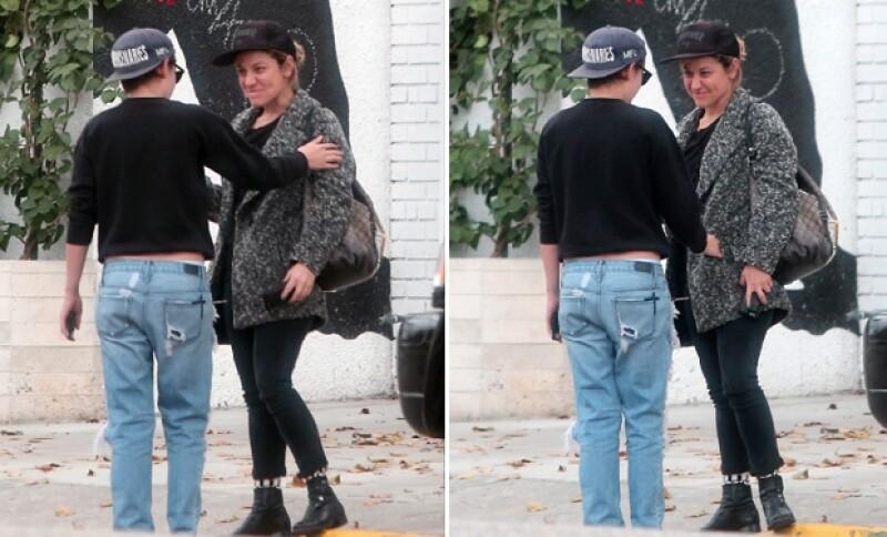 Durante la caminata se detenían para sonreír y Stewart no dejaba de tocar a Cargile.