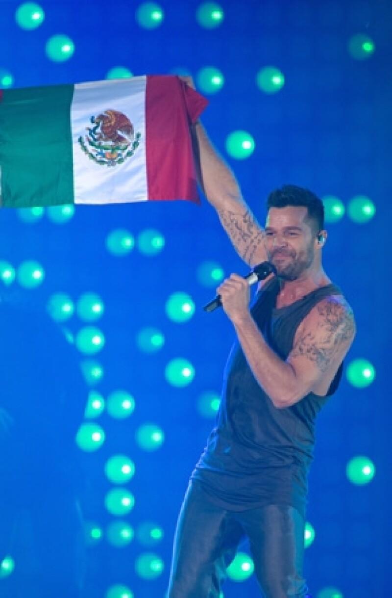El cantante fue criticado recientemente en por hacer una comparación de la educación con algo sexual. Ayer por la noche inició su gira por México y habló al respecto.