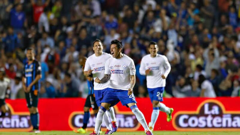 El Cruz Azul sigue su paso de líder en el Torneo Clausura 2014 al vencer 3-1 a Querétaro el viernes por la noche