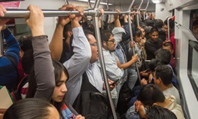 Ayer miércoles se vivieron aglomeraciones en el Metro ante la suspensión parcial del servicio. (Foto: Cuartoscuro)