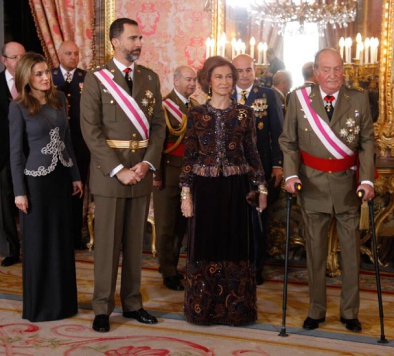 El rey de España ha decidido asignar un sueldo fijo a partir de 2014 a la reina y a la princesa de Asturias como ocurre con el príncipe Felipe, informó hoy un portavoz de la Casa real española.
