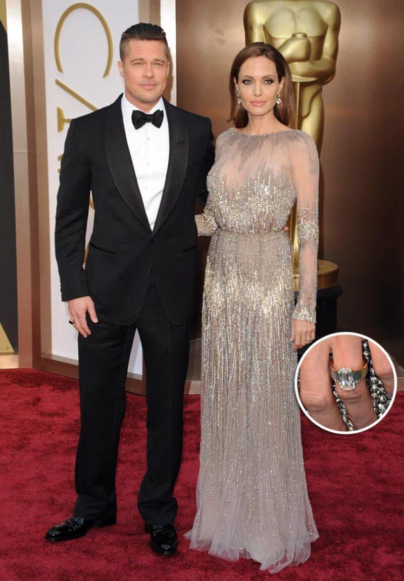Angelina ha mostrado en más de una ocasión su anillo de compromiso de 250 mil dólares personalizado por el propio Brad Pitt.