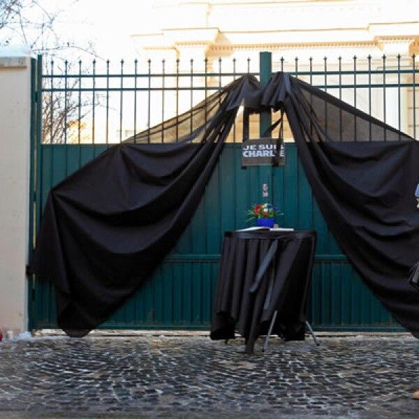 Manifestantes colocaron flores y fotos de las víctimas en la embajada de Francia en ese país.