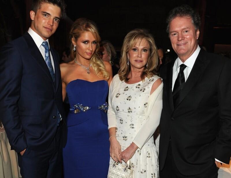 Paris acudió acompañada por su novio River, quien al parecer lleva una buena relación con sus suegros.