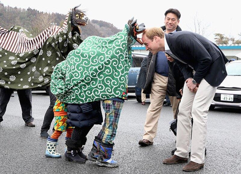 A su retirada, el príncipe fue despedido por botargas de dragones.