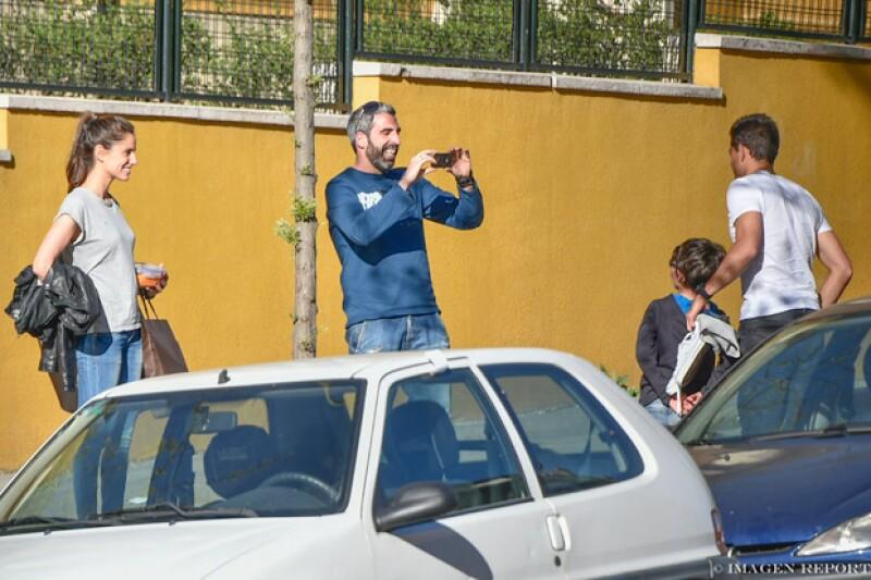 El futbolista se lució con su nueva novia al mostrarse atento ante los fans que se le acercaron en la calle para pedirle una foto.