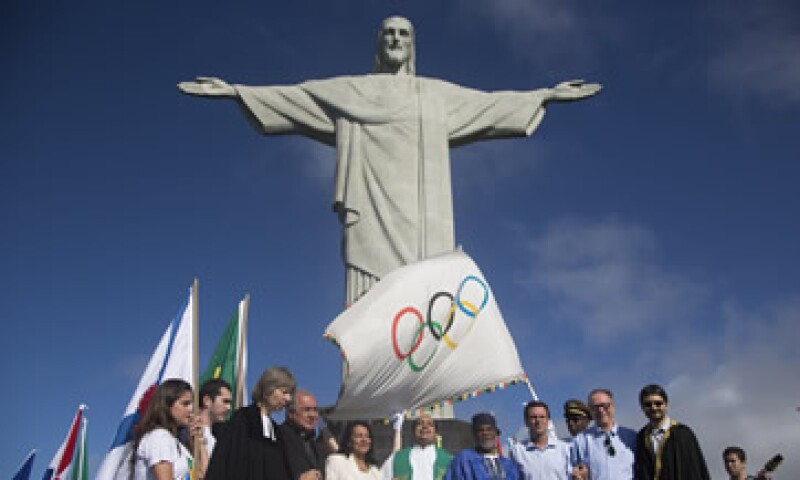 El alcade de Río de Janeiro, Eduardo Paes, aceptó la bandera olímpica en Londres.  (Foto: AP)
