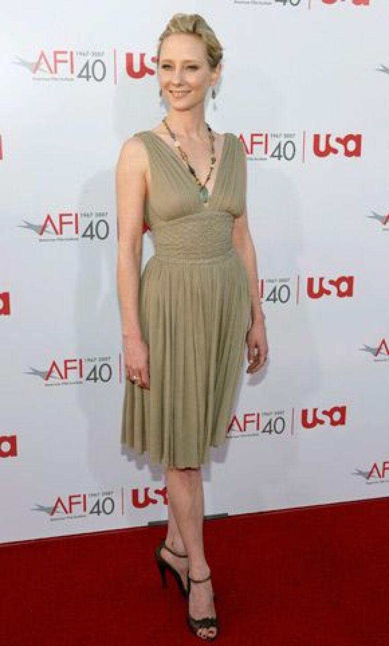 El bebé de la actriz es el primero que procrea con su novio, el actor James Tupper.