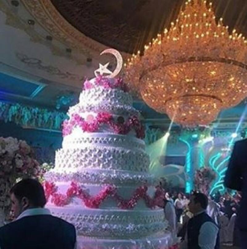 El pastel de bodas era de varios metros de altura.