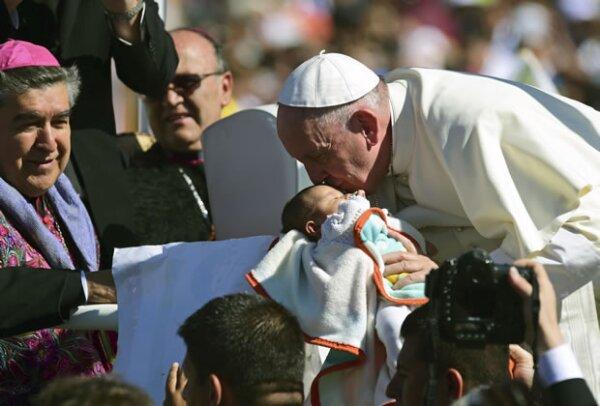 Durante el recorrido por el estadio, el Papa besó a varios niños.