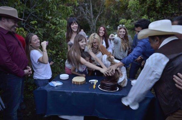 El elenco de Las Amazonas festejó a Grettell con un pastel.