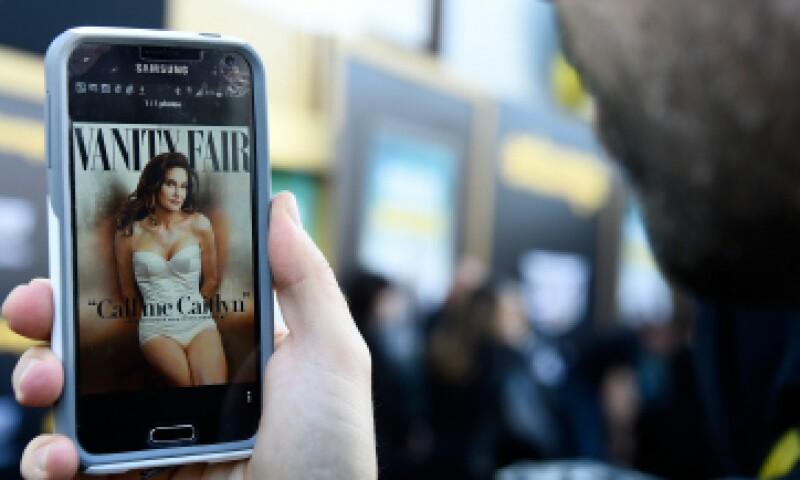Un hombre observa en su celular la portada de Caitlyn Jenner. (Foto: Getty Images )