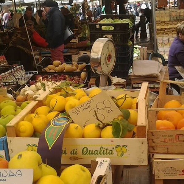 En el turístico Mercato di Campo dè Fiori en la capital italiana, los romanos pueden conseguir un kilo de limones por un precio entre 1 y 3 euros; más baratos que en México