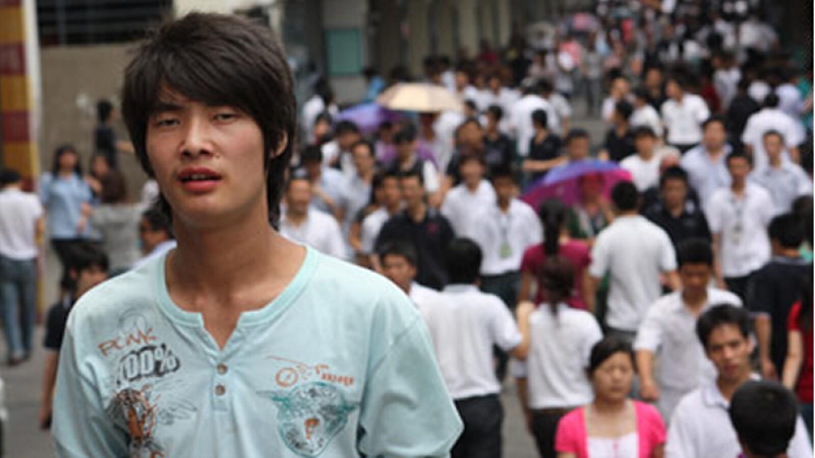 Joven trabajador camina en las calles de China