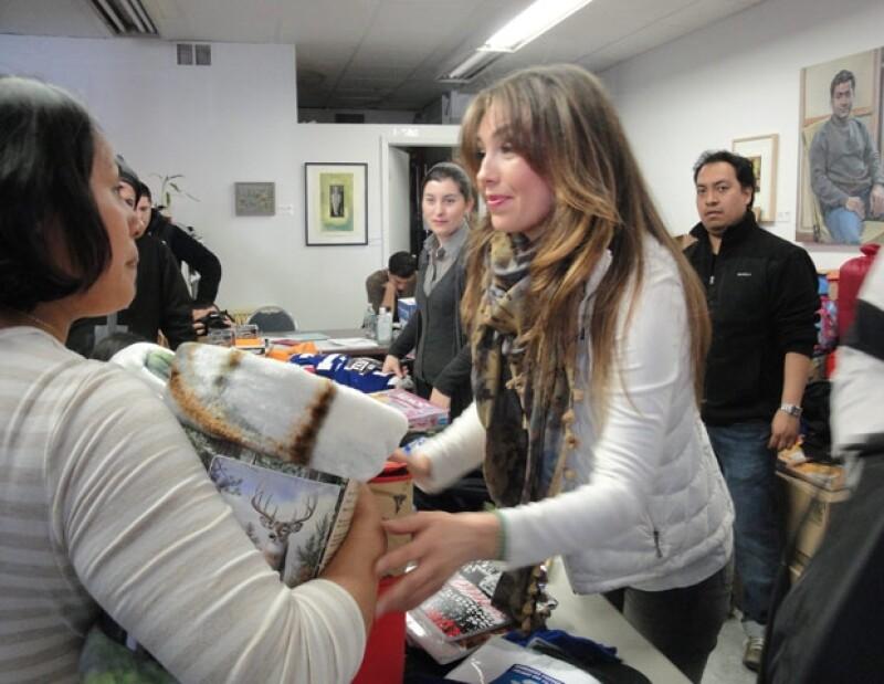 La actriz mexicana visitó un centro comunitario en Nueva York donde se reunieron afectados por el huracán con el fin de entregarles ropa, útiles escolares y juguetes.