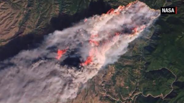Así se ve desde el espacio uno de los tres incendios en California