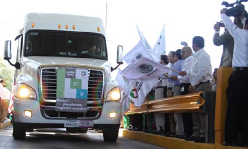 El primer camión mexicano debió cruzar desde 1995 de acuerdo con el TLCAN que firmó México con EU y Canadá. (Foto: Cortesía Secretaría de Economía.)
