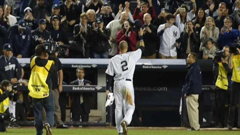 El capitán de los Yankees de Nueva York, Derek Jeter, agradece a los aficionados neoyorquinos su apoyo este jueves