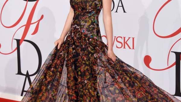 Maya Thurman-Hawke aparece por primera vez sin sus famosos padres en la alfombra roja de los premios CFDA, luciendo muy glamourosa, de la mano del diseñador Zac Posen.