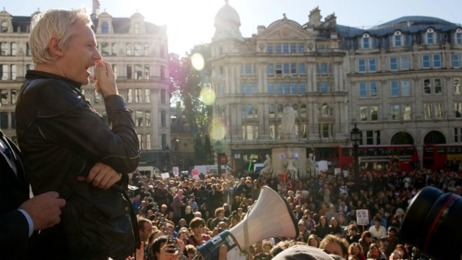assange participa en la manifestacion en londres