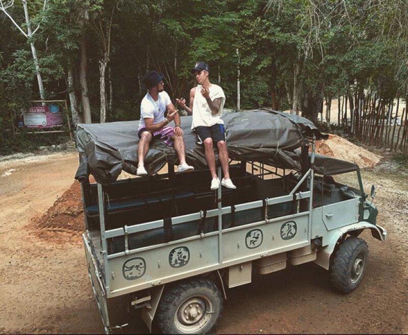 Justin Bieber compartió esta imagen a bordo de un Unimog en la Riviera Maya.