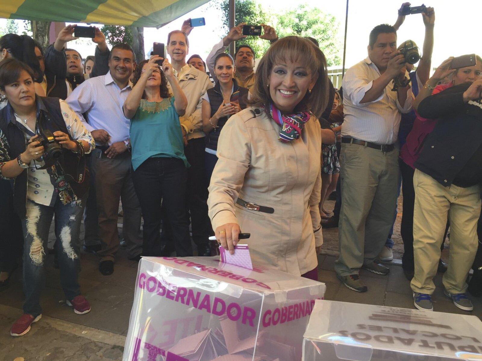 Una de las más entusiastas al momento de emitir su voto fue Lorena Cuellar, candidata del PRD en Tlaxcala, confía en ganar el favor de los electores durante la jornada.