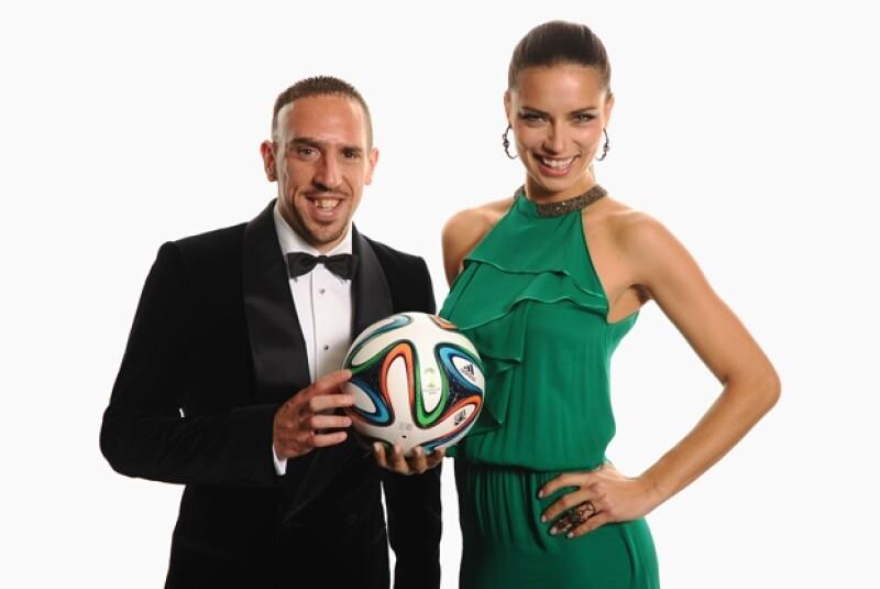Minutos antes de la premiación a lo mejor de 2013, Adriana posó con el futbolista Franck Ribery.