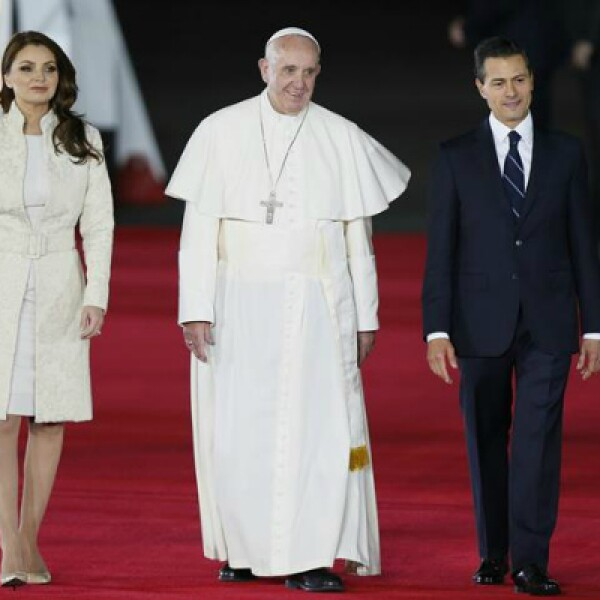 Rivera y Peña acompañaron al papa hacia el papamóvil, en el que recorrerá 19 kilómetros hacia su lugar de hospedaje.