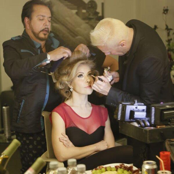 Cada detalle del maquillaje y peinado fue cuidadosamente cuidado para ella.