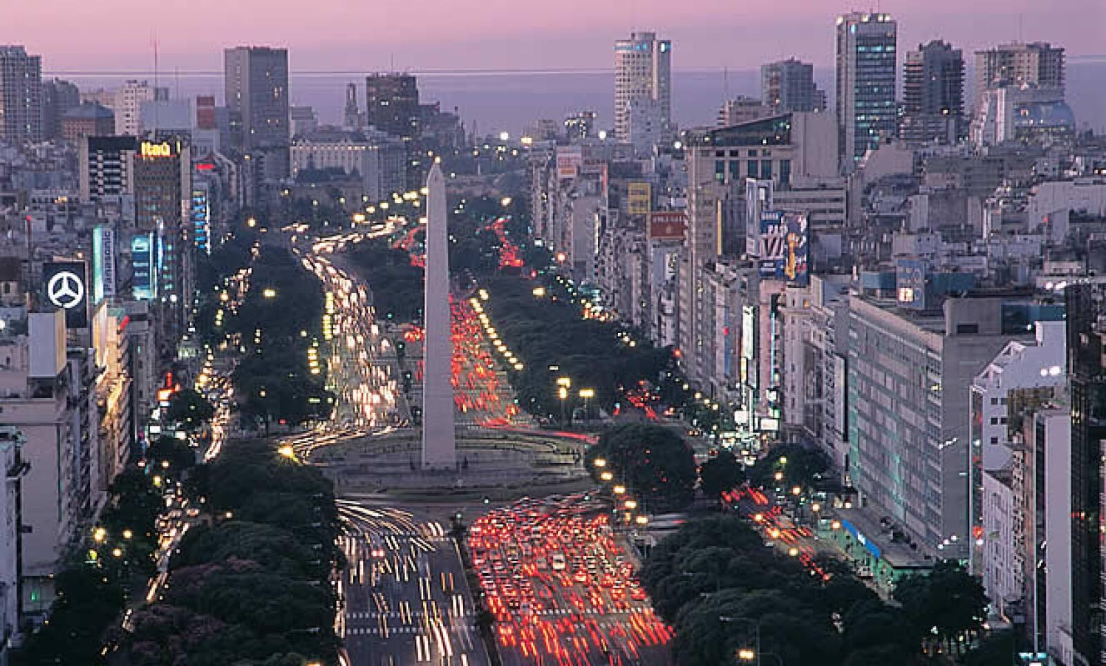 Iniciamos nuestro recorrido por la capital de Argentina en la Avenida 9 de Julio, justo en la Plaza de la República, para apreciar el icónico Obelisco. Construido en 1936, bajo el diseño del arquitecto Alberto Prebisch, este monumento fue hecho para conme