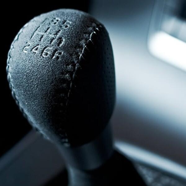 Dentro del habitáculo, el Volvo S60 Polestar mantiene los lineamientos deportivos de su exterior gracias a las butacas de alcántara que se complementan con el volante y el pomo de la palanca de cambios.