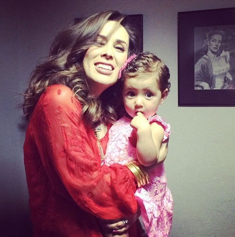 La conductora compartió una foto en su cuenta de Instagram donde aparece con su primogénita y aunque no se ve su embarazo, deseó buenas noches de parte de ella y sus dos hijas.