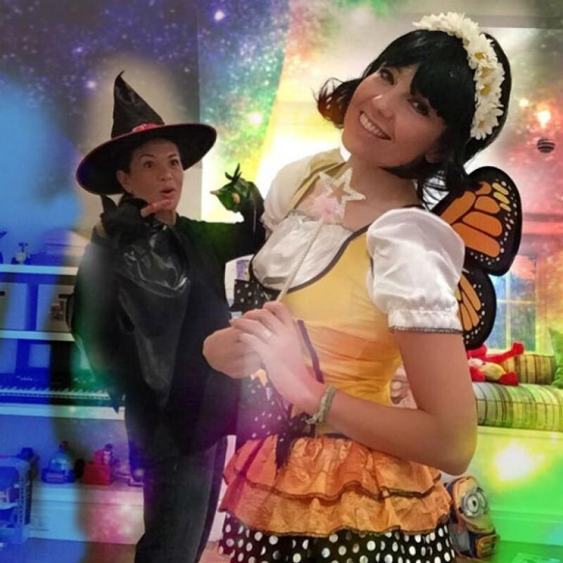 Como buenas BFF's, las artistas jugaron y festejaron mostrando sus particulares disfraces días antes del día de brujas; las acompañaron los hijos de Thalía.