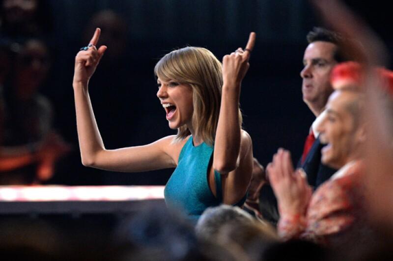 Taylor bailaba muy divertida en primera fila de los premios Grammy.
