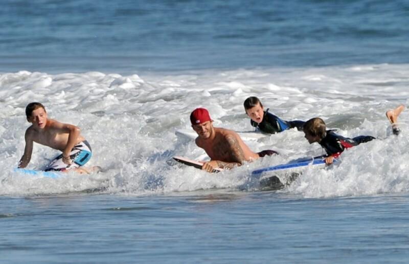 David y sus tres hijos surfearon frecuentemente durante sus vacaciones.