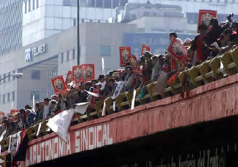 Persisten contingentes en las inmediaciones de las oficinas generales de la extinta Luz y Fuerza del Centro.   (Foto: Notimex)