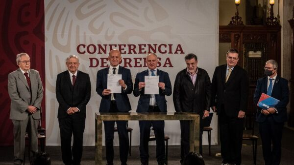 Andrés Manuel López Obrador, presidente de México, acompañado de Jorge Alcocer Varela, secretario de Salud; Cristian Morales fuhrimann, representante de OPS/OMS en México; Fernando Cotrim Barbieri, representante de UNOPS; Juan Antonio Ferrer Aguilar,