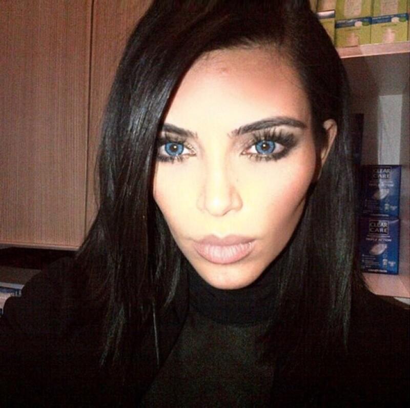 La pareja decidió ponerse lentes de contacto azules y aseguran que estos eran en realidad un accesorio sólo para un concierto de Kanye que Kim no pudo dejar de usar.