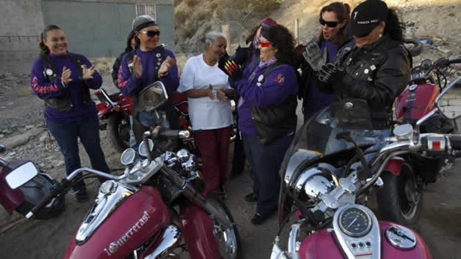 Las Guerreras visitan a una anciana en Ciudad Juarez