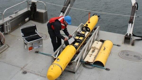 Previo a su lanzamiento el dron es preparado y programado por especialistas