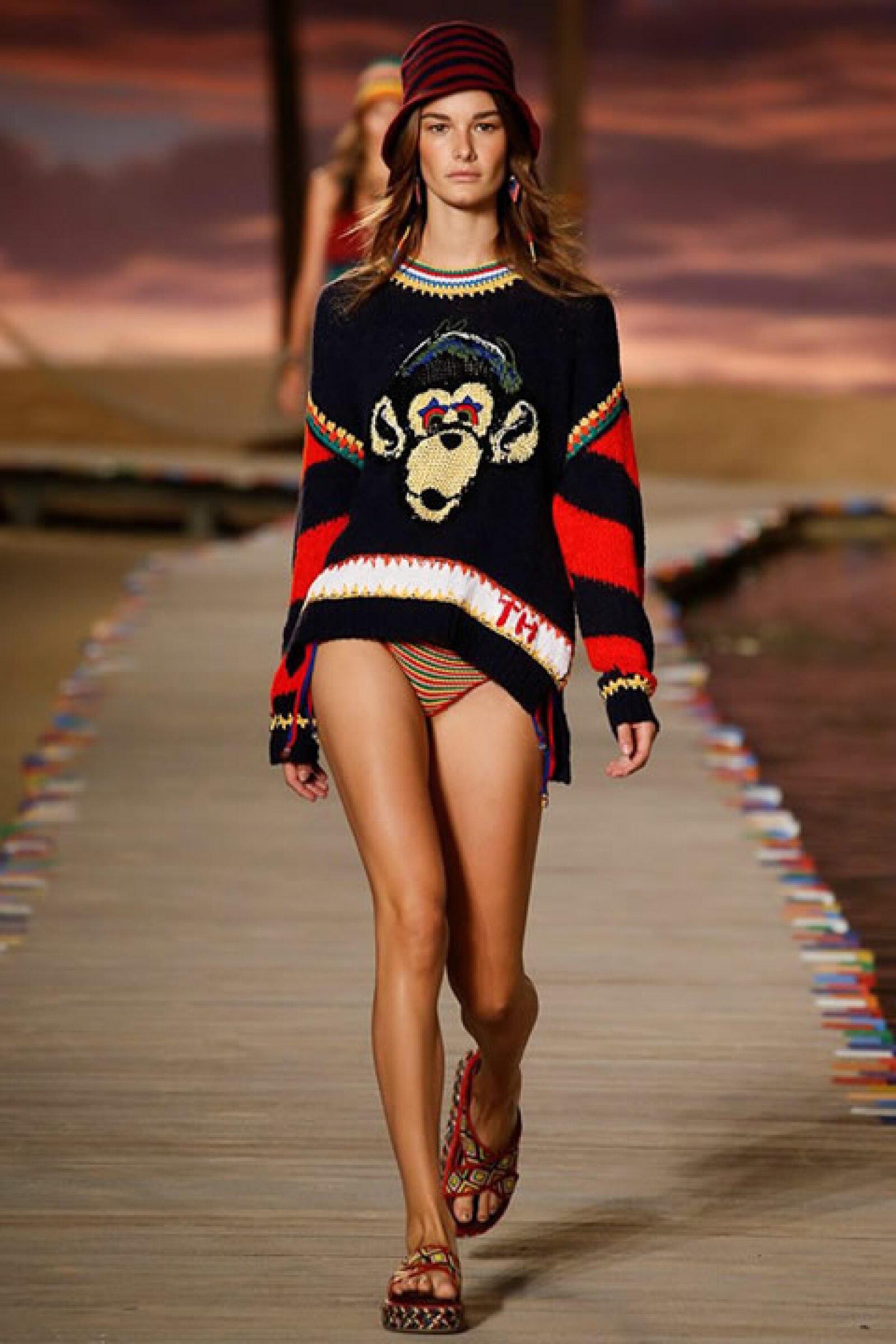 Suéter tejido a mano de mono, bikini de crochet y sandalias tipo alpargatas.
