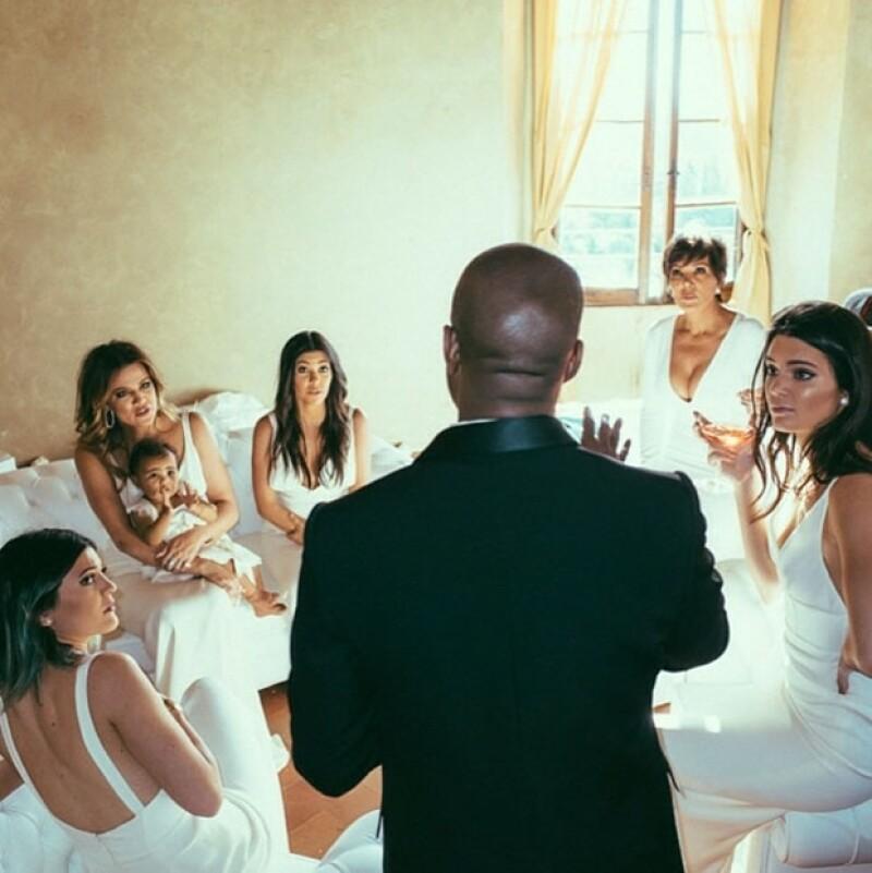 E! News dio a conocer una conversación en la que la hermana menor de las Kardashian cuenta lo mucho que le gustó la boda de su hermana con el rapero Kanye West y lo feliz que está por ella.