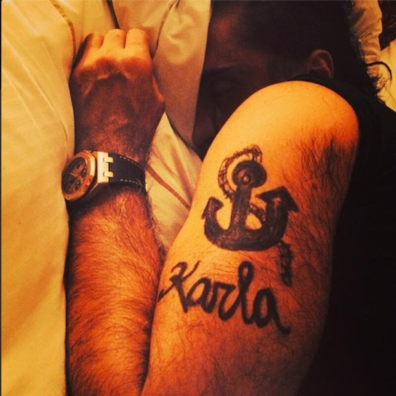 La novia del cantante grabó su nombre y la imagen de un ancla en su brazo mientras dormía.